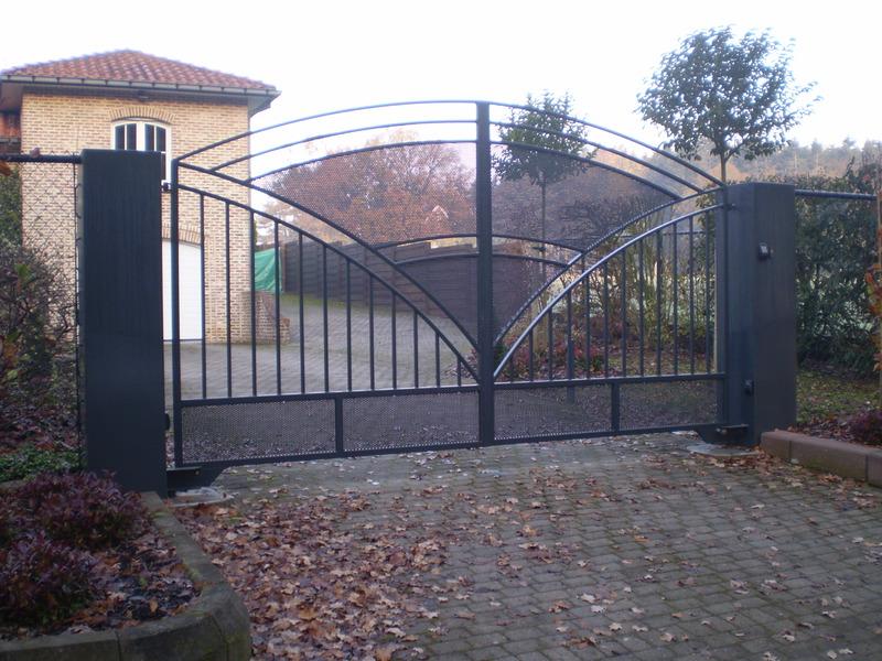 Stalen poort van metaalconstructie Hansoul te Linter